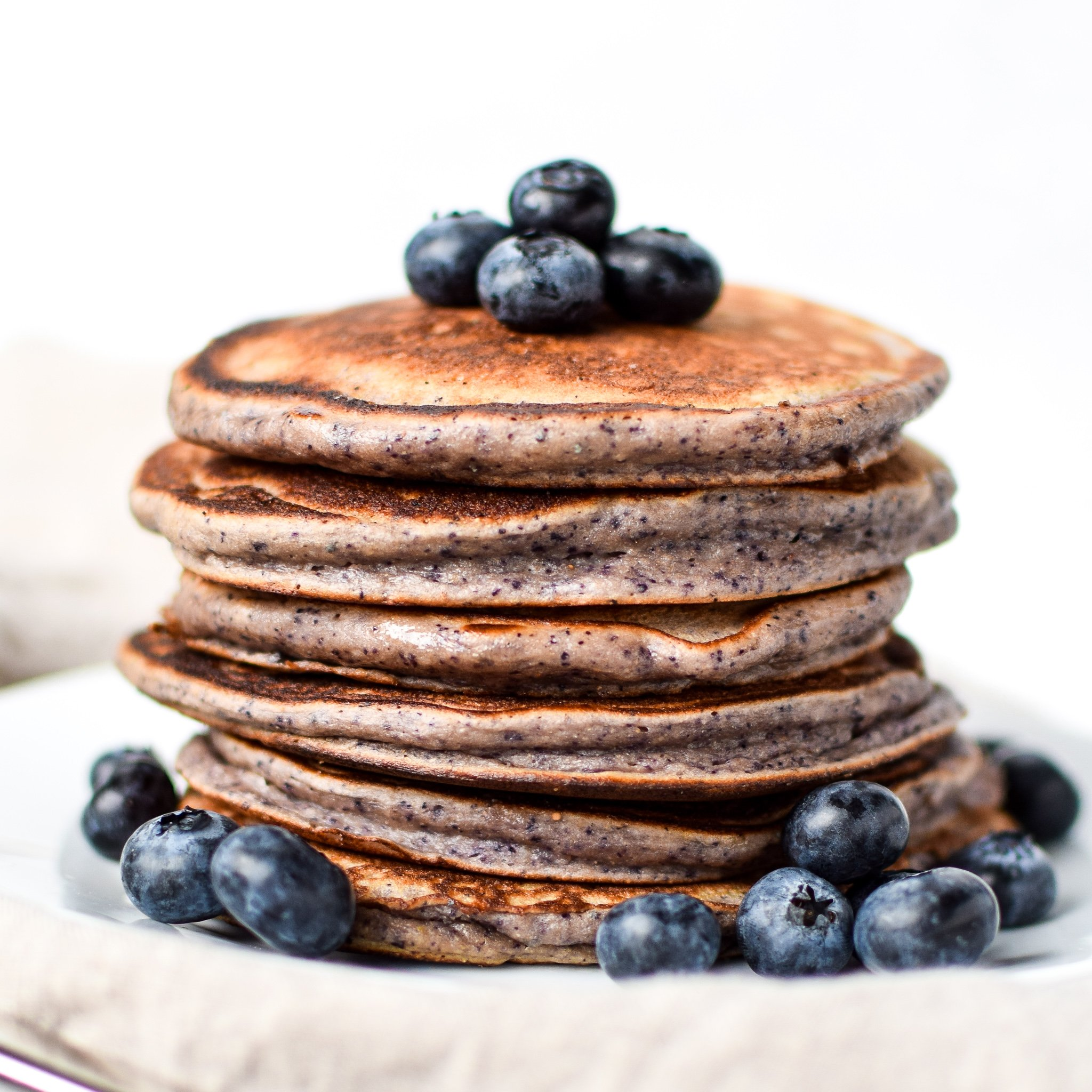 Lemon Poppy Seed Blueberry Protein Pancakes - Your favorite Lemon Blueberry muffin now in pancake form! Try meal prepping these delicious pancakes made with Kodiak Cakes! - ProjectMealPlan.com