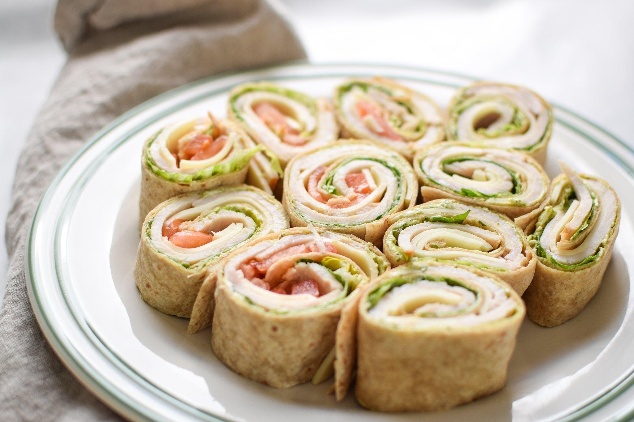 Turkey Pesto Tortilla Pinwheels - My favorite deli cold lunch in a homemade version PLUS pesto!! LOVE. - ProjectMealPlan.com