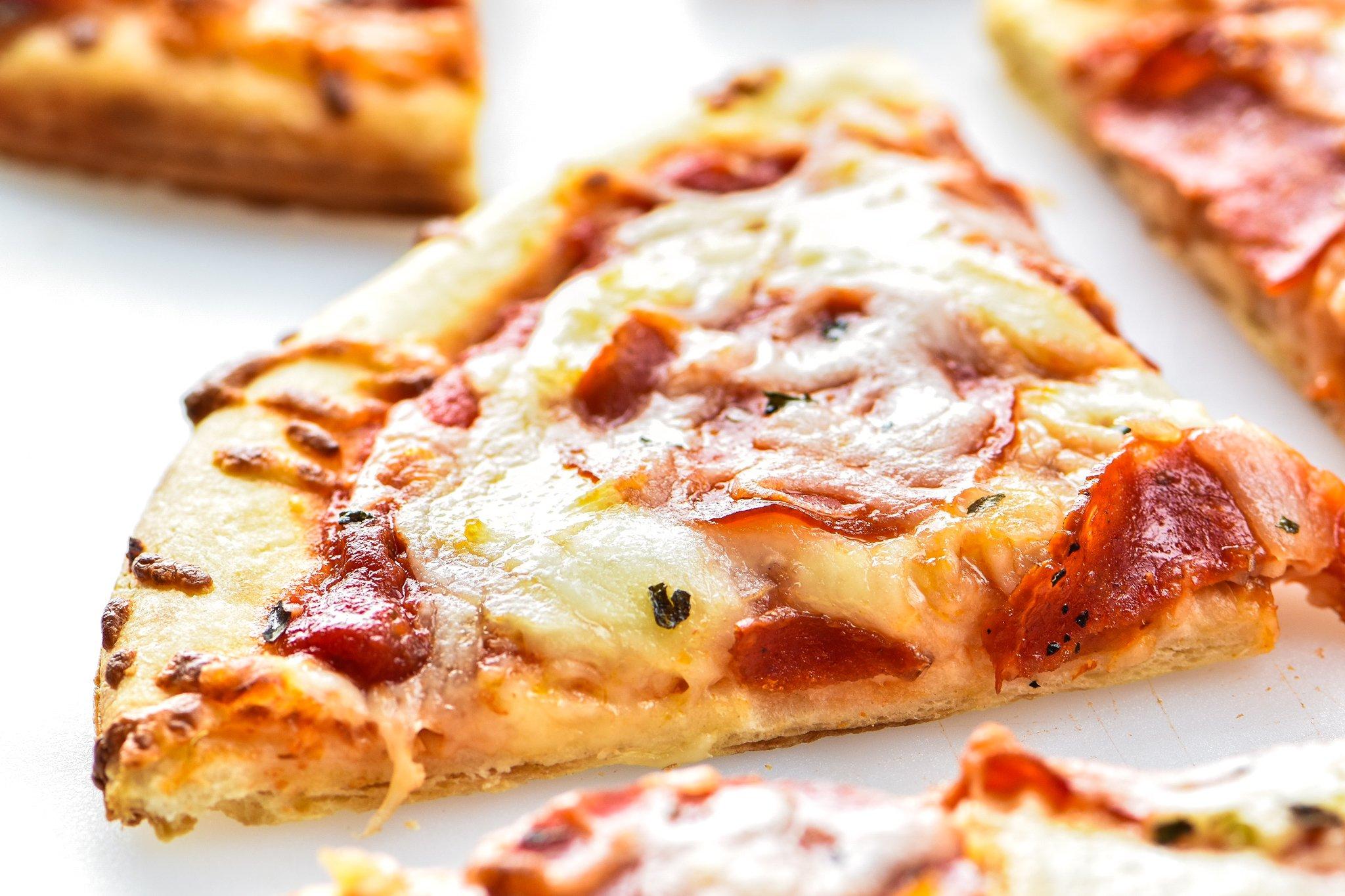 How to Make and Freeze Homemade Pizza Sauce - Big batch pizza sauce recipe to prep ahead so you can have homemade pizza sauce in 10 minutes! - ProjectMealPlan.com