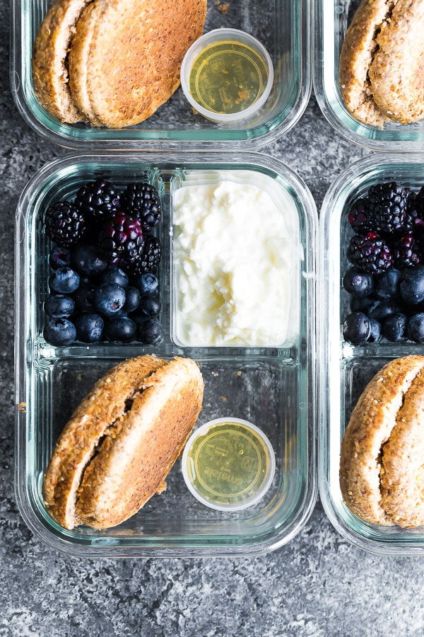 English muffin breakfast bentos with cottage cheese and blackberries are a great meal prep idea for hot weather.